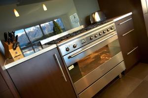 A kitchen or kitchenette at LakeRidge Queenstown