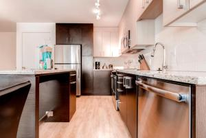 A kitchen or kitchenette at Bluebird Suites Near South Station