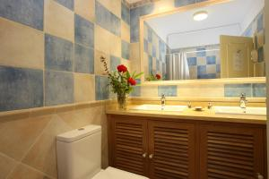 A bathroom at Canico Bay Apartments