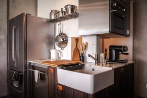A kitchen or kitchenette at Waterfront Design Suite