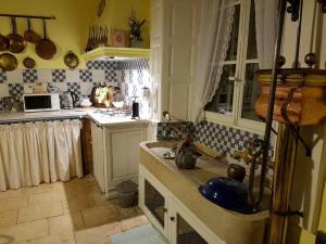 A kitchen or kitchenette at Gite Le Château de Mouzay
