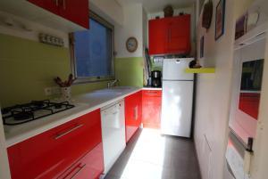 A kitchen or kitchenette at Cosy porte dorée