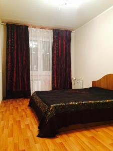 Кровать или кровати в номере Apartment on Galeeva 23-301