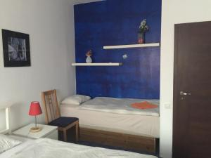 A bed or beds in a room at Apartman Maximilian