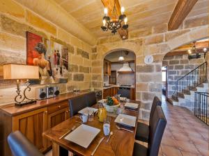 A restaurant or other place to eat at Ta Rena Holiday Home