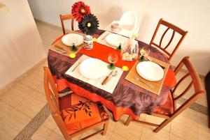 A restaurant or other place to eat at Apartamento La Mata
