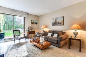 A seating area at Welkeys Apartment Porte de Saint-Cloud