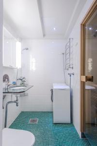 Ein Badezimmer in der Unterkunft Helsinki South Central Apartment Perämies