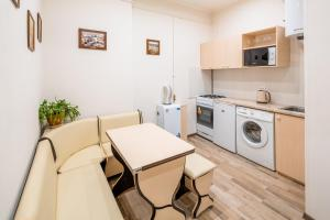 A kitchen or kitchenette at Apartment Bohdana Khmel'nyts'koho 17