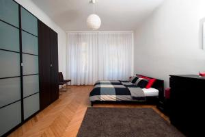 A bed or beds in a room at Marus Apartment Grinzing