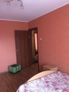 Кровать или кровати в номере Apartment on Bydennogo 13A