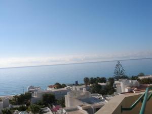 Pemandangan umum laut atau pemandangan laut yang diambil dari apartemen