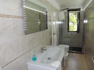 A bathroom at Villa Panorama