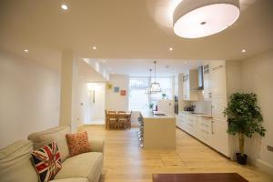 Ruang duduk di Luxury 2 bed/bath apartment next to Hyde Park