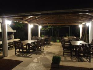 A restaurant or other place to eat at Apartment Deni