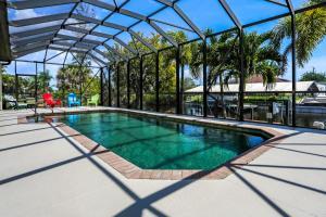 Der Swimmingpool an oder in der Nähe von Villa Maxine