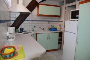 Cuisine ou kitchenette dans l'établissement Gîte La Maison Bleue