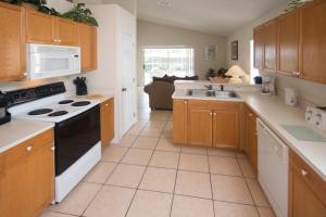 Cuisine ou kitchenette dans l'établissement Magical Creekside Villa - Three Bedroom Home