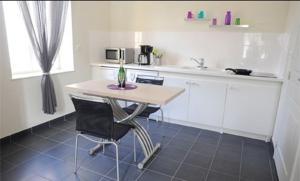 Cuisine ou kitchenette dans l'établissement Aux Jardins de L'Isle