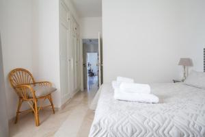 A bed or beds in a room at Green-Apartments Puente de Triana
