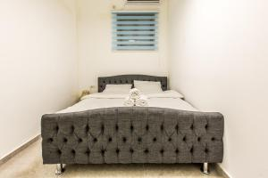 A bed or beds in a room at Chic Apartments by the Beach