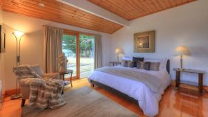 A bed or beds in a room at The Peninsula Experience