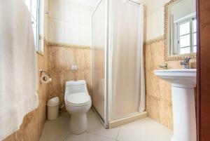 A bathroom at Hotel Shakey