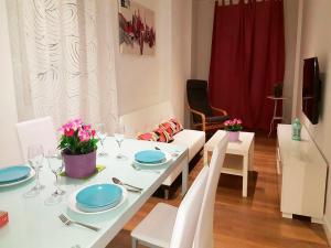 A restaurant or other place to eat at Mc Yolo Apartamentos Avenida De America