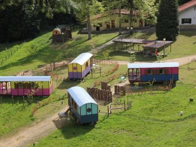Caba as en los rboles y carros c n espa a zeanuri for Alojamientos cabanas en los arboles