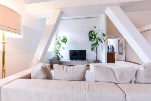 A bed or beds in a room at Modernes Penthouse mit Terrasse - Mitten im Zentrum