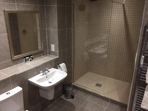 A bathroom at Cameron Club Two Bedroom Golf View Mansion House Apartment L109