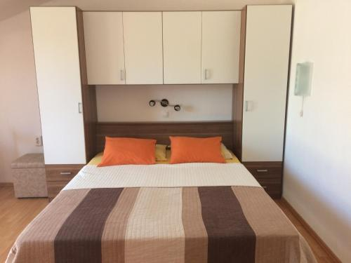 A bed or beds in a room at Apartments Mia