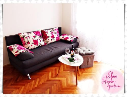 A seating area at Studio Apartment Slavi