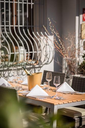 Ein Restaurant oder anderes Speiselokal in der Unterkunft Hotel & Restaurant Rose