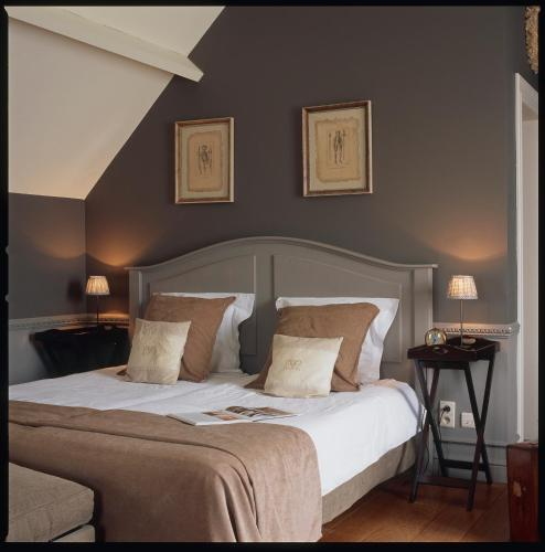 A bed or beds in a room at Charmehotel 'T Hemelryck