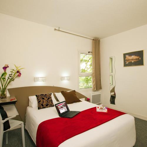 Un ou plusieurs lits dans un hébergement de l'établissement Hotel Cerise Nancy
