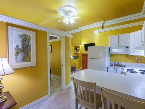 A kitchen or kitchenette at Chipman Hill Suites -Yeats House