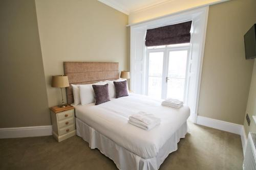 A bed or beds in a room at Edleston House Apartments