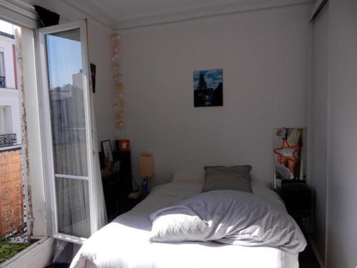 A bed or beds in a room at Beau 2 pieces avec balcon Paris parc des Buttes chaumont