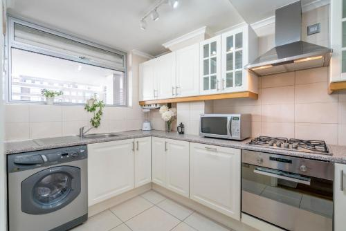 A kitchen or kitchenette at Three Bedroom Apt in Central London