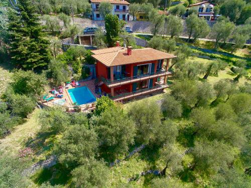 Large Home with Enchanting Lake View - Loncrini
