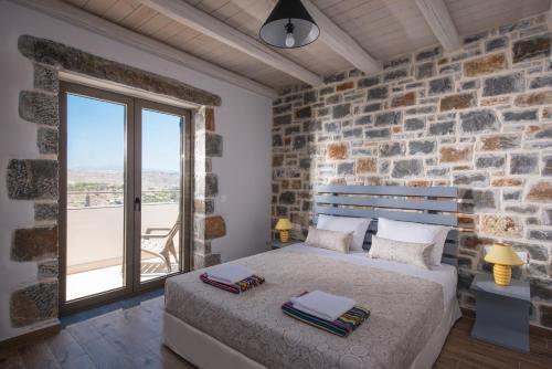 A bed or beds in a room at Gregory Villa avec piscine privée près de la mer