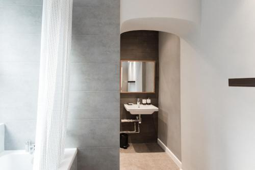A bathroom at Snowsfields apartment