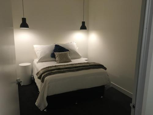 A bed or beds in a room at Collins Street Apartments