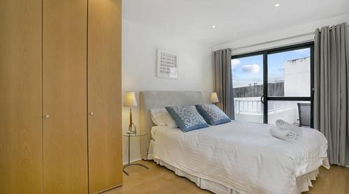 A bed or beds in a room at Apartment Pacific Hwy Crows Nest SANT4
