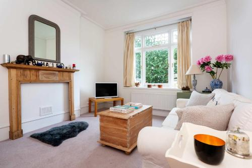 A seating area at Veeve - Charming Fulham flat