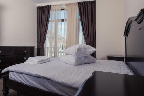 A bed or beds in a room at Old City - Apartments
