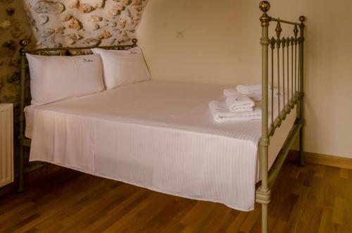 A bed or beds in a room at Ev Zin Holiday Home Rodia