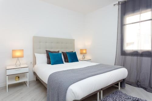 A bed or beds in a room at Charming 3bed Torrassa Metro