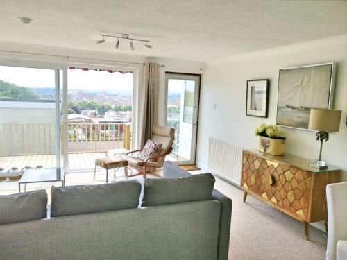 Ein Sitzbereich in der Unterkunft 2 Bedroom House with City View
